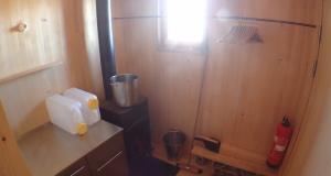 Holzofen und Küche