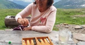 Die Mama von Mariana ist eine grosse Hilfe. Zwischendurch gibt es auch Zeit zum Backgammon spielen.