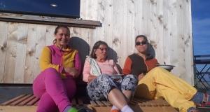 Die Familie von Mariana (lhr Schwester Anna und Mama Vaska) helfen während der Hauptsaison.