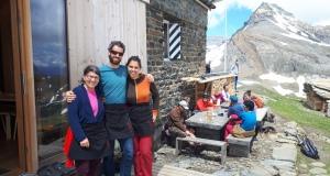 Das Hüttenteam – Mariana's Mami Vaska, Simon und Mariana. Wir freuen uns sehr euch in der Bifertenhütte willkommen heissen zu dürfen!